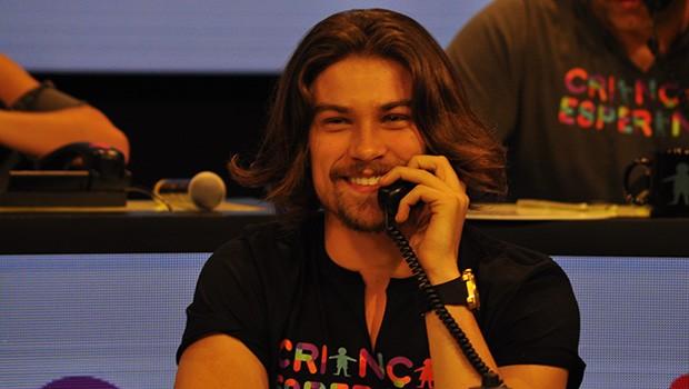 Raphael Sender, de Verdades Secretas, atende a sua ligação (Foto: Thiago Ferra/Globo)