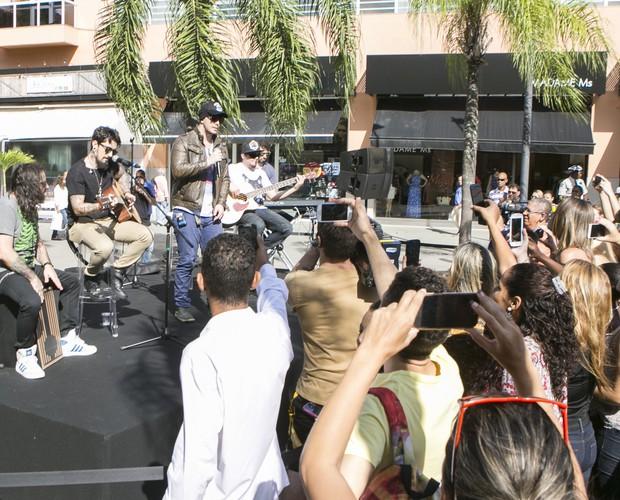 Banda Malta canta os sucessos em apresentação em shopping do Rio (Foto: Felipe Monteiro / Gshow)