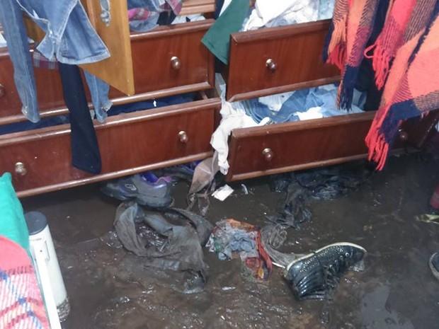 Chuva derrubou muro de contenção e enxurrada invadiu casa em São Simão (Foto: Ronaldo Corrêa/Arquivo Pessoal)