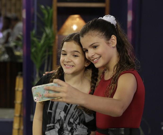Luana e Mel fazem selfie juntas na casa no intervalo dos ensaios do Dancinha dos Famosos (Foto: Felipe Monteiro/Gshow)