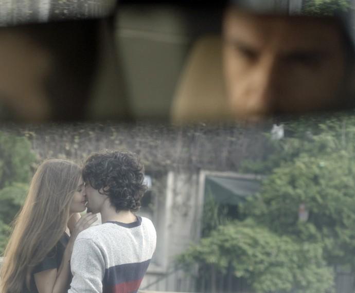 Angel e Guilherme se beijam e Alex fica com ciúmes (Foto: TV Globo)