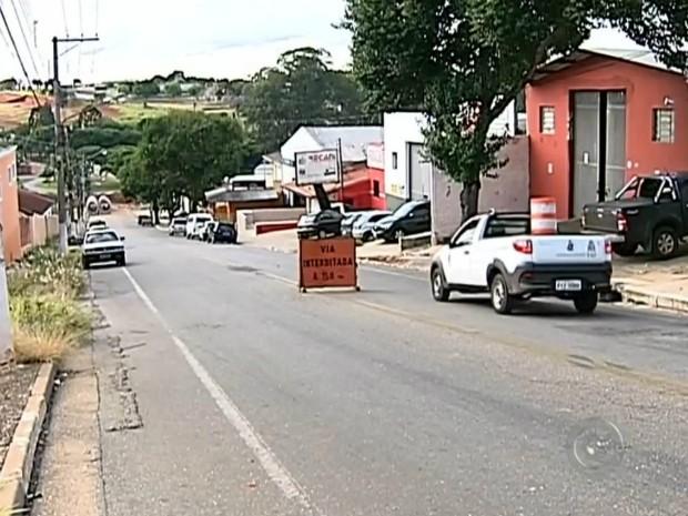 Rua interditada causa prejuízo para comerciantes e transtornos a motoristas (Foto: Reprodução/ TV TEM)