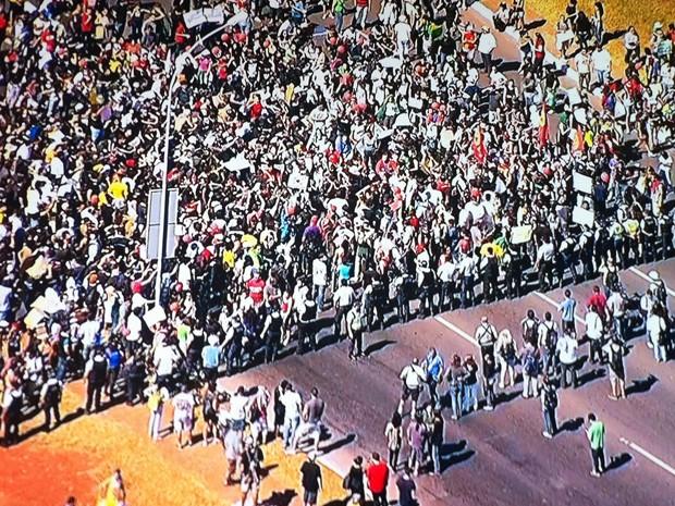 Polícia faz cordão de isolamento para impedir passagem de manifestantes no Eixo Monumental de Brasília (Foto: Reprodução/TV Globo)