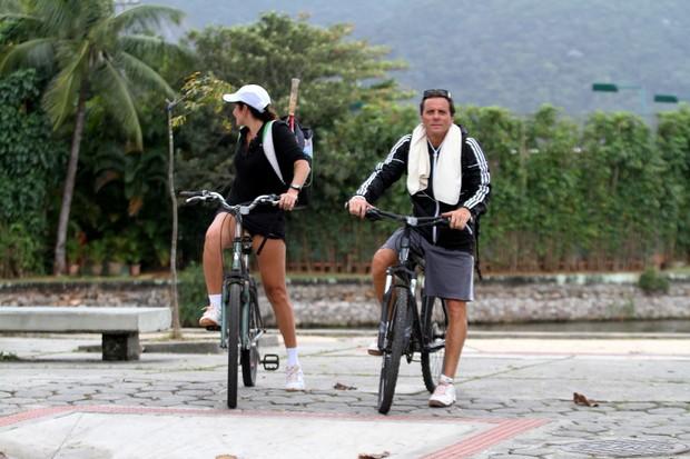 Tony Belloto e Malu Mader andando de bicicleta na Lagoa Rodrigo de Freitas, RJ (Foto: Wallace Barbosa/AgNews)