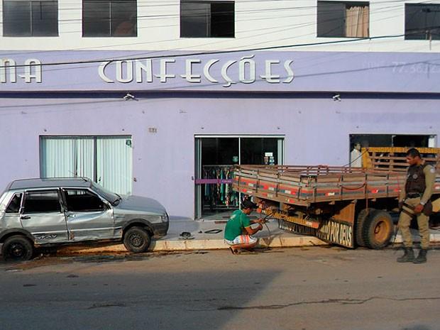 Carreta bate em loja em Barreiras, oeste da Bahia (Foto: Jadiel Luiz/Blog do Sigi Vilares)