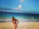 De biquíni, Juliana Paiva exibe boa forma em praia em Punta Cana