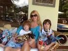 Val Marchiori enche os gêmeos de chocolate: 'Páscoa em família'