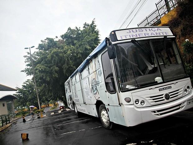 Ônibus fica no local até a próxima sexta-feira (13) (Foto: Raphael Alves/ Tjam )