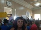 Aprovados em concurso em Campos protestam na 1ª sessão da Câmara