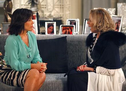 É o amor... Roberta confessa para Charlô que está apaixonada por Nando