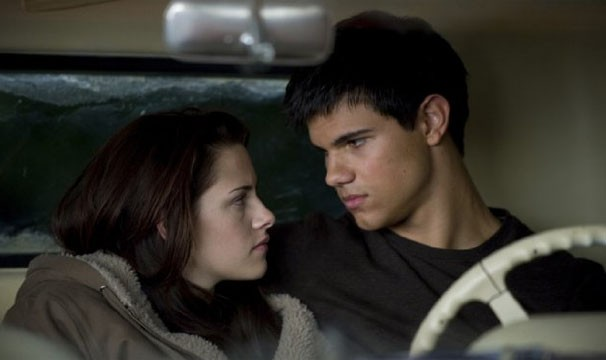 Bella encontra felicidade ao lado de Jacob, mas ele precisa lidar com as consequencias de se tornar um lobisomen (Foto: Divulgação / Reprodução)