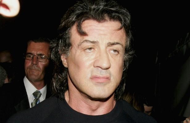 Que bomba! O norte-americano e supermusculoso ator Sylvester Stallone foi detido em fevereiro de 2007 num aeroporto de Sydney, na Áustrália, por trazer consigo um hormônio de fortalecimento muscular proibido naquele país. (Foto: Getty Images)