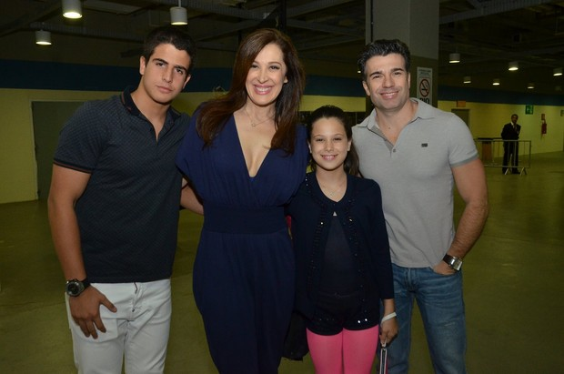 Claudia Raia com o namorado, Jarbas Homem de Mello, e os filhos, Enzo e Sophia, no show da Ivete (Foto: Felipe Panfili e Leo Marinho/AgNews)