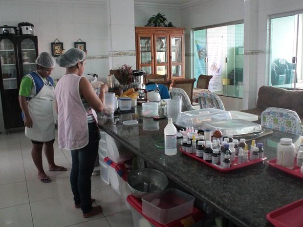 Seis pessoas trabalham diariamente no abrigo, que ainda tem o apoio de pediatras e nutricionistas.  (Foto: Camila Henriques/G1 AM)