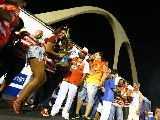 Viradouro levanta a taça de campeã da Série A do carnaval do Rio de Janeiro (Foto: Rodrigo Gorosito/G1)