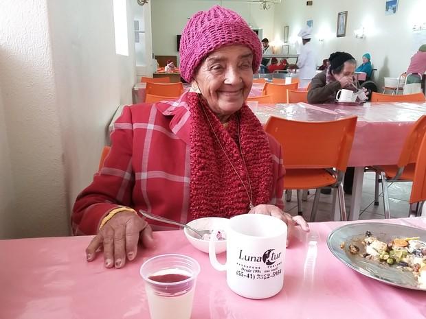 Marisa Márcia Macedo tem 76 anos e é uma das moradoras do Asilo São Vicente de Paulo, em Curitiba (Foto: Bibiana Dionísio/ G1)
