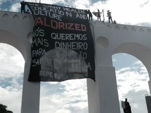Faixa de protesto foi colocada nos Arcos da Lapa, no Rio, nesta quinta-feira (12), dia da estreia da Copa no Brasil (Foto: Daniel Silveira/ G1)