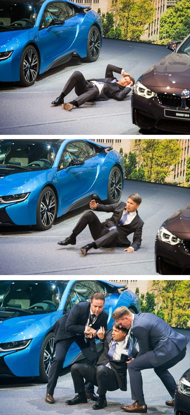 Veja detalhes da queda do CEO da BMW, Harald Krüeger, no Salão de Frankfurt (Foto: ODD ANDERSEN / AFP)