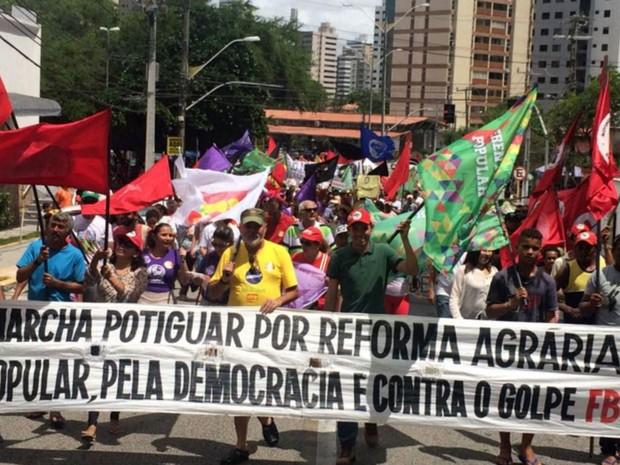 Pessoas que apoiam o governo Dilma fazem caminhada na Zona Leste de Natal (Foto: Anderson Barbosa/G1)