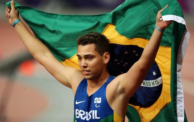 Alan se interessou por atletismo com apenas oito anos e corria com próteses de madeira (Foto: Divulgação/CPB)