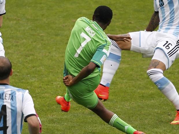 O atacante nigeriano Musa, autor dos gols de sua seleção na derrota por 3 x 2 para a Argentina (Foto: Marko Djurica/Reuters)