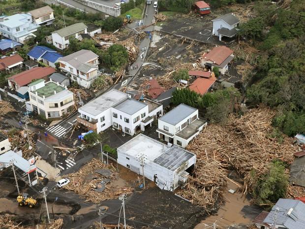 Destruição em área residencial de Oshima (Foto: Kyodo/AP)