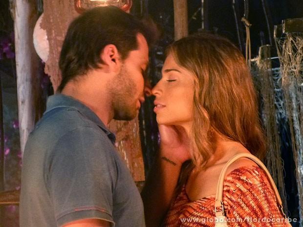 Ester finalmente se entende com Cassiano (Foto: Flor do Caribe / TV Globo)