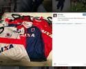 """Jogador do Paraná publica foto com uniformes: """"Black Friday aqui em casa"""""""