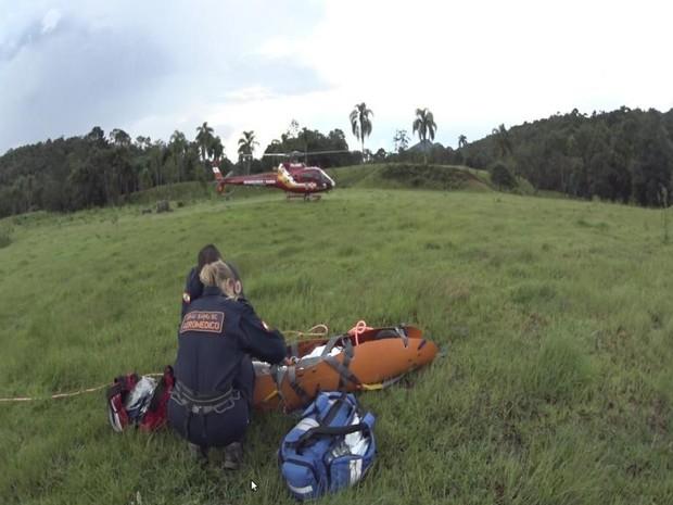Vítima foi resgatada pelo Arcanjo na tarde desta quinta (27) (Foto: Batalhão de Operações Aéreas/Divulgação)