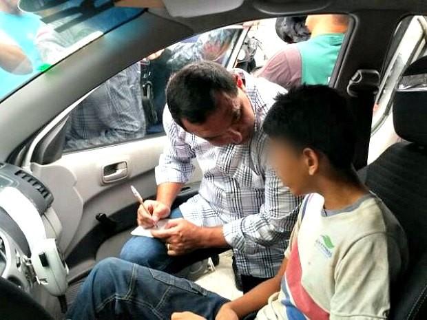 Um dos jovens resgatados foi levado para delegacia (Foto: Ana Graziela Maia/Rádio Amazonas FM)