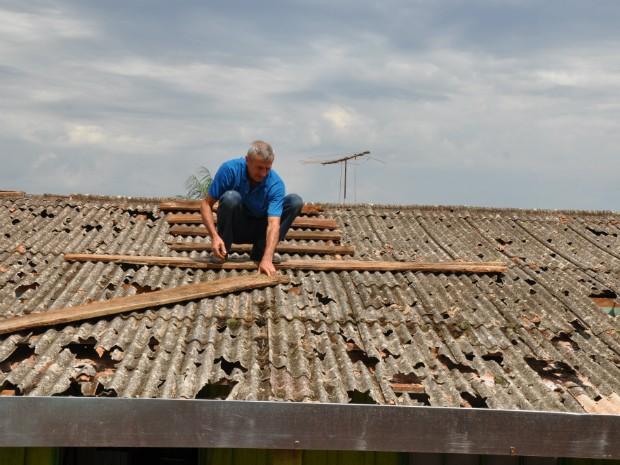 A chuva de granizo que atingiu Corbélia na sexta-feira (20) deixou ao menos 23 feridos, quase todos por causa de quedas do telhado (Foto: Divulgação / Defesa Civil)
