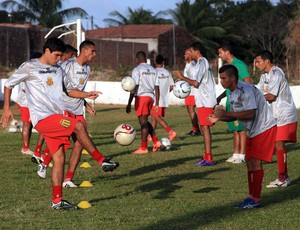 Jogadores do Sampaio esperam volta do presidente do clube para conversas sobre o futuro dentro da equipe (Foto: Diego Chaves/O Estado)