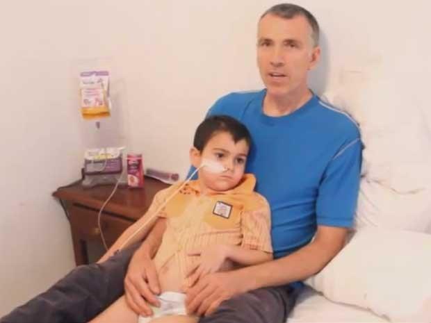 Irmão publicou vídeo com pai explicando porque tirou Ashya do hospital (Foto: Reprodução/YoutTube/Naveed King)