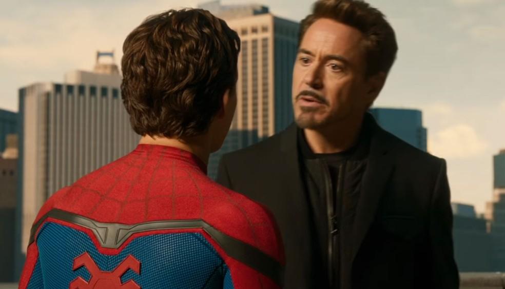 Tom Holland (de costas) como Homem-Aranha/Peter Parker e Robert Downey Jr como Tony Stark/Homem de Ferro em cena de 'Homem-Aranha: De volta ao lar' (Foto: Divulgação)
