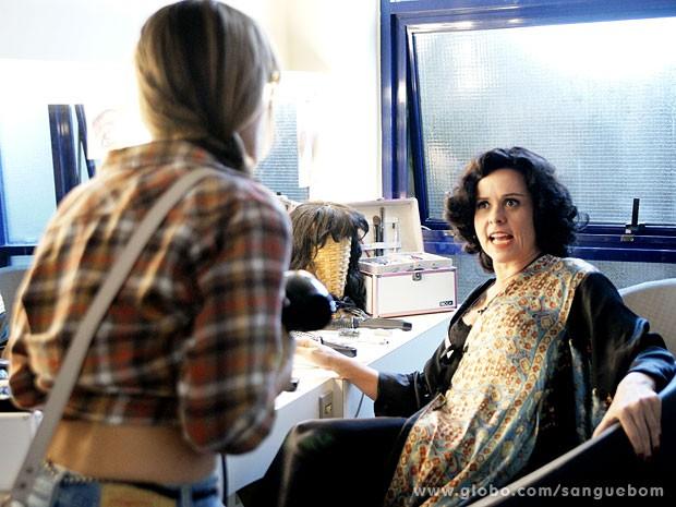 Bárbara Ellen Fica chocada ao ver uma invasora no seu camarim (Foto: Sangue Bom / TV Globo)
