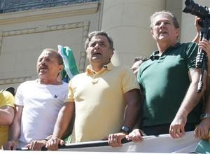 Aécio Neves sobe em trio elétrico durante protestos contra o governo em BH (Foto: Agência EFE)