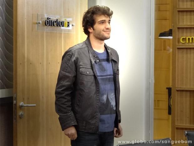 Fabinho esboça um sorriso depois de saber que está de volta à agência (Foto: Sangue Bom/ TV Globo)