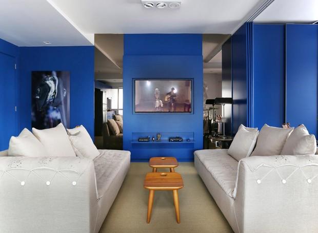 Dois sofás-chaises Vice-Versa da marca OVO revestidos de linho decoram a sala de estar. Banquetas Sonia, Dpot (Foto: Mariana Orsi/Divulgação)