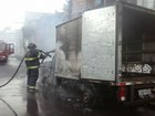 Caminhonete baú pega fogo perto de escola na Avenida San Martin
