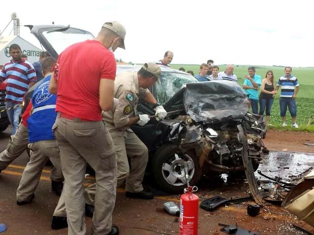 Bombeiros precisaram quebrar carro para retirar vítimas das ferragens. (Foto: André Almenara)