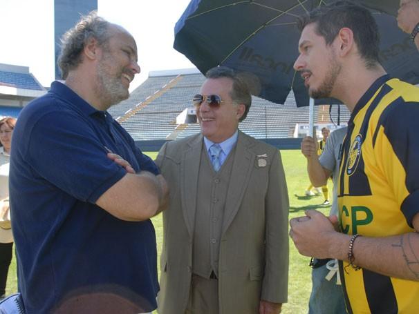 Luiz Villaça, Tony Ramos e João Vincente de Castro se divertem nos bastidores de A Mulher do Prefeito (Foto: Zé Paulo Cardeal/ TV Globo)