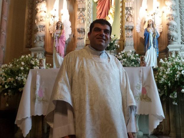 Padre George recebe refugiados em sua igreja desde 2012 (Foto: Thais Pimentel/G1)