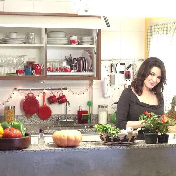 Nigella na cozinha, como já estamos acostumadas a vê-la (Foto: Divulgação)