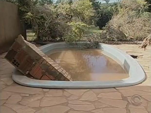 Em uma casa, churrasqueira ficou dentrou de piscina (Foto: Reprodução/RBS TV)