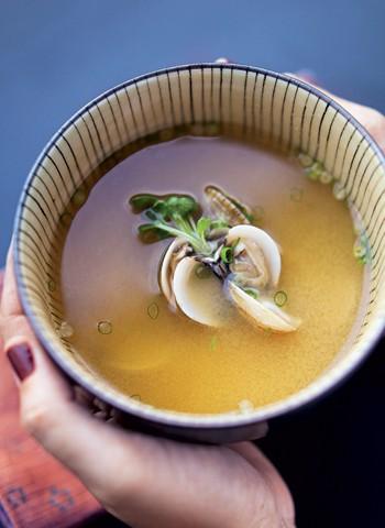 Missoshiru (caldo de pasta de soja) (Foto: Receita do restaurante Hiro, em São Paulo)