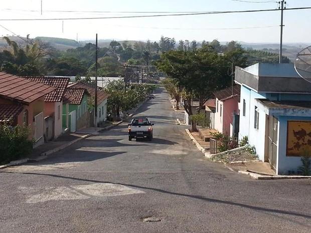 Rua Luiz Machado, uma das cinco da cidade, é principal rua de Serra da Saudade (Foto: Anna Lúcia/G1)