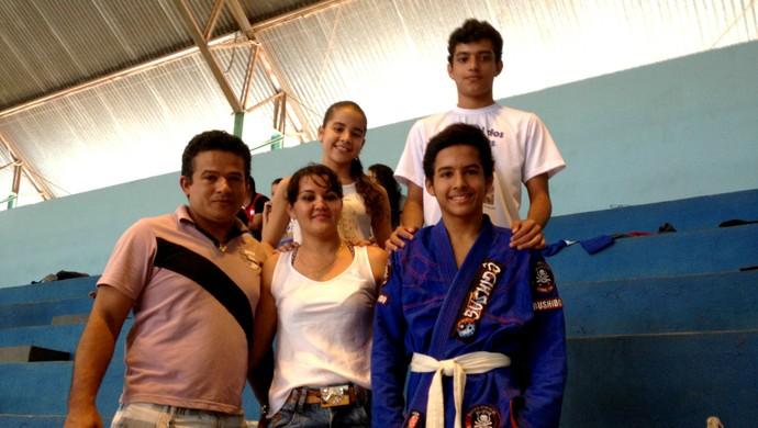 Os pais e os dois irmão de Geberson, na torcida, no ginásio Geraldão em Vilhena (Foto: Eliete Marques)