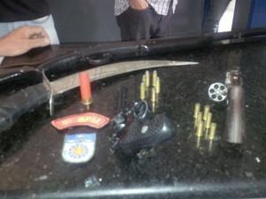 Três pessoas foram presas e armas com munições apreendidas. (Foto: Divulgação/PM)