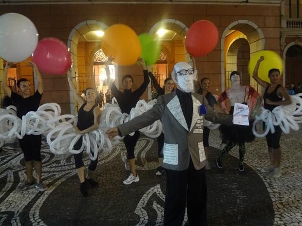 Artistas encenaram uma paródia de ópera. No centro, Cecim aparece mascarado e vestindo paletó. (Foto: Gil Sóter/G1)