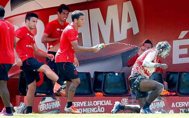Luiz Antonio leva ovada no treino do Flamengo (Foto: Ivo Gonzalez / Agencia O Globo)